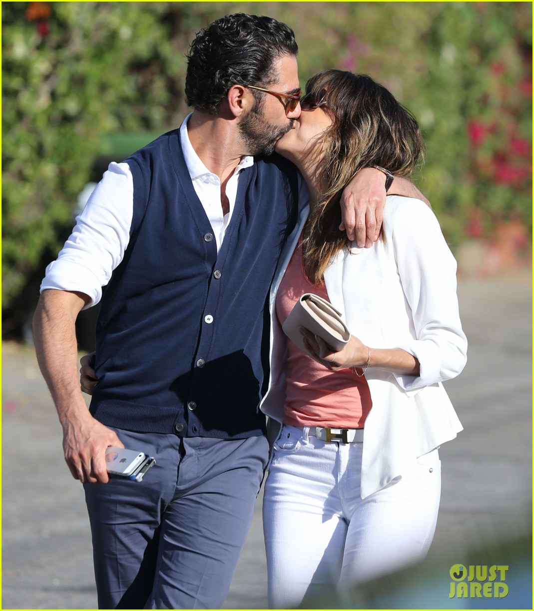 eva longoria jose baston share romantic kiss after brunch 02