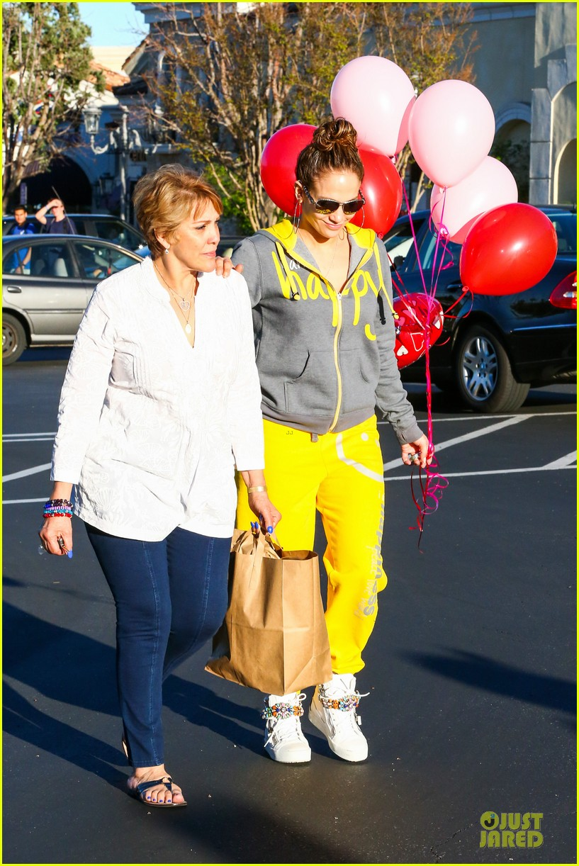 jennifer lopez valentine day lunch with mom guadalupe 31