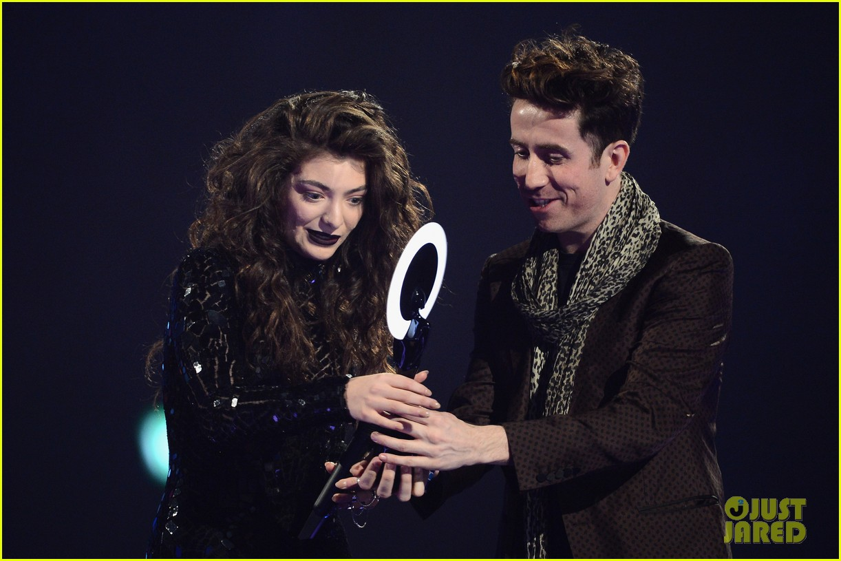 lorde performs wins at brit awards 2014 video 03