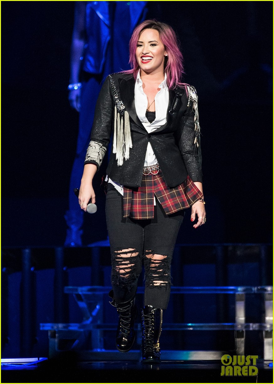 demi lovato opens neon lights tour with special guest nick jonas 01