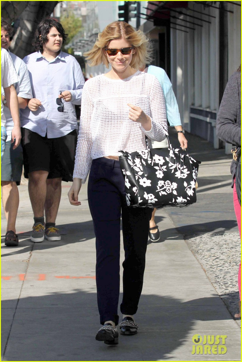 kate mara steps out after binging on house of cards season 2 013054643