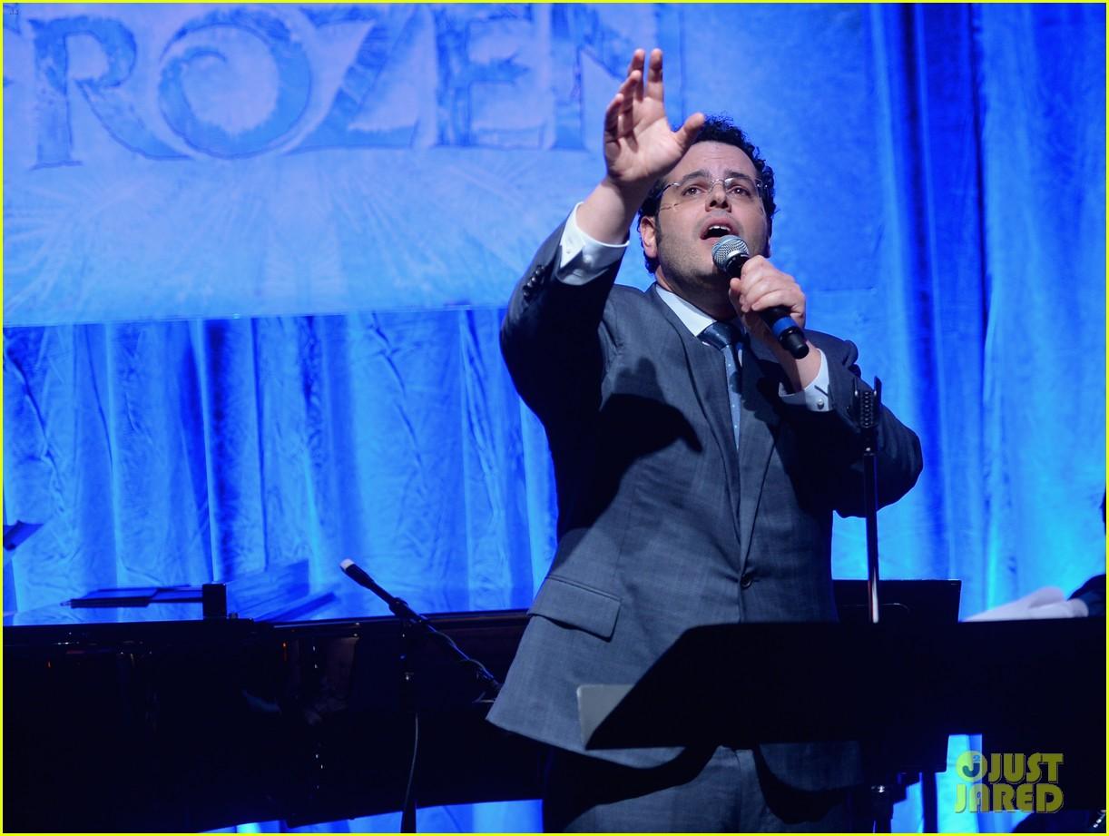 idina menzel sings let it go for frozen cast reunion 283050633