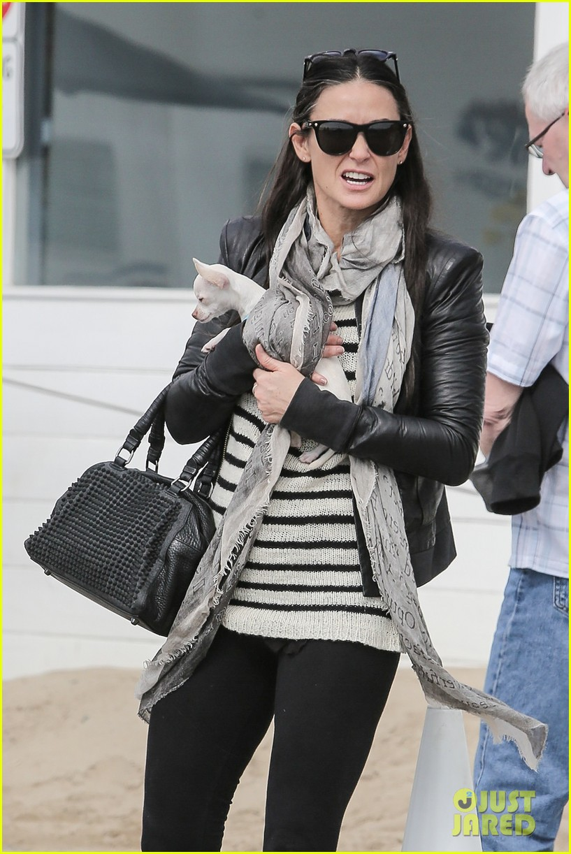 demi moore takes her tiny dog to yoga class 07