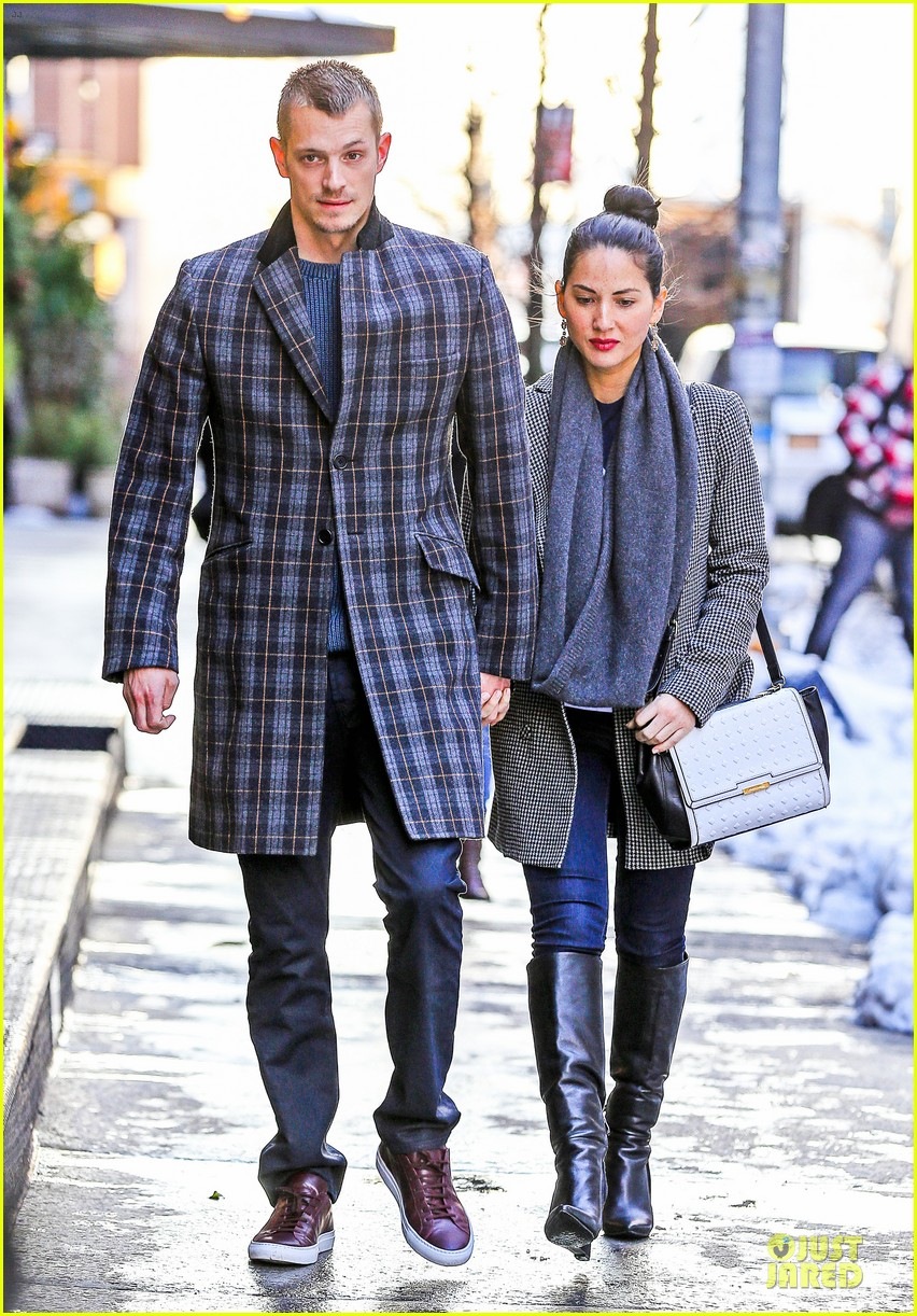 olivia munn joel kinnaman hold hands on wet valentines day 10