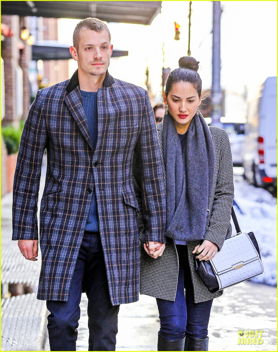olivia munn joel kinnaman hold hands on wet valentines day 12