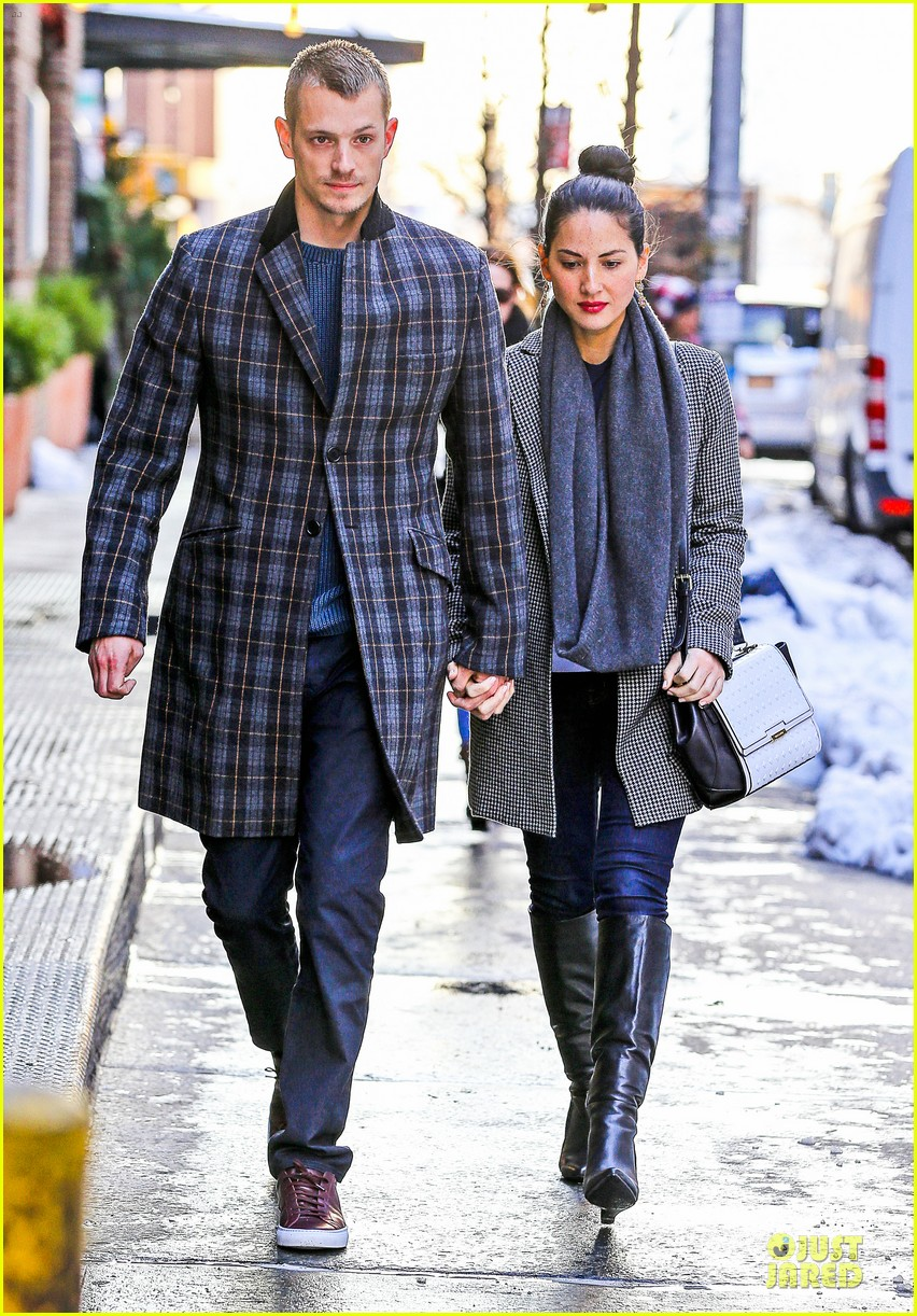 olivia munn joel kinnaman hold hands on wet valentines day 153053609