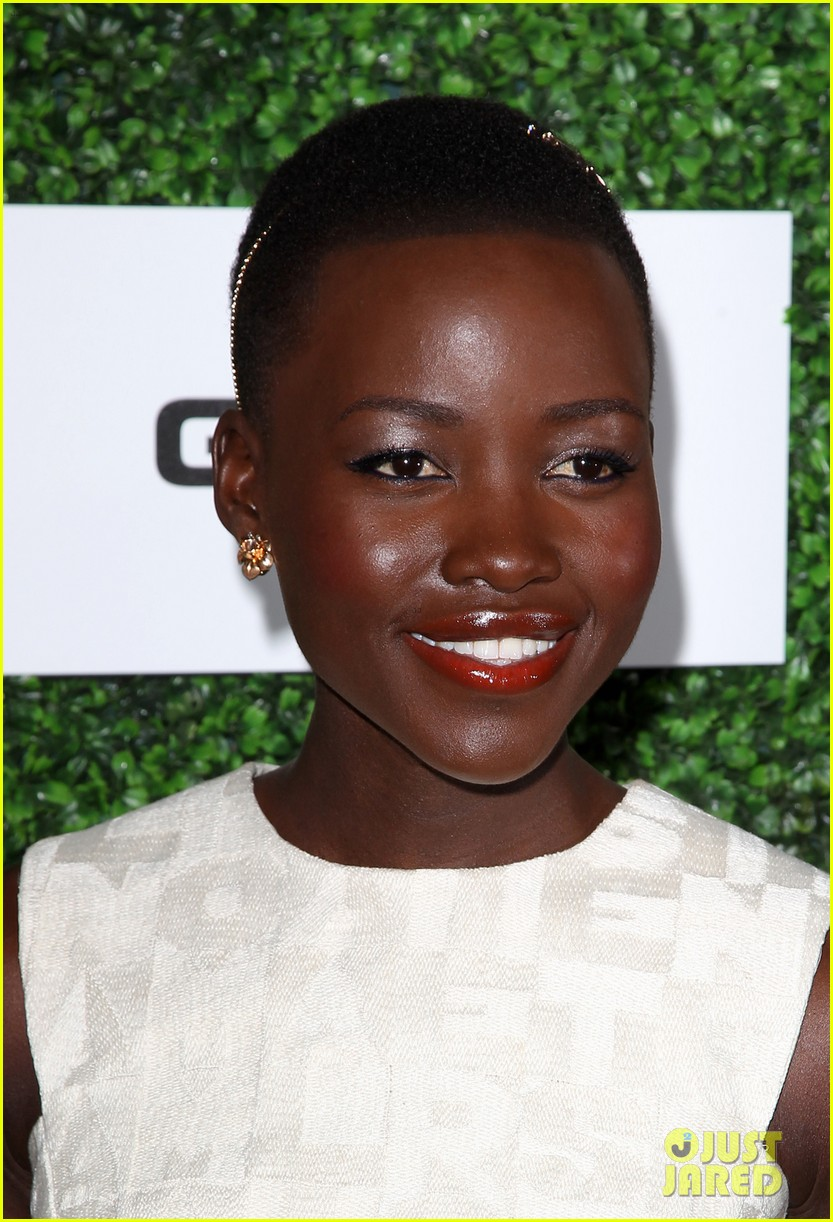 lupita nyongo makes a headband the perfect accessory 103061770