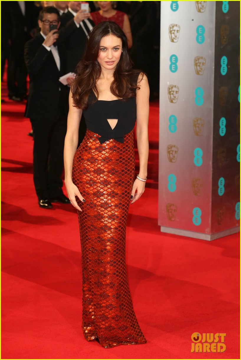 olga kurylenko alicia vikander baftas 2014 red carpet 01