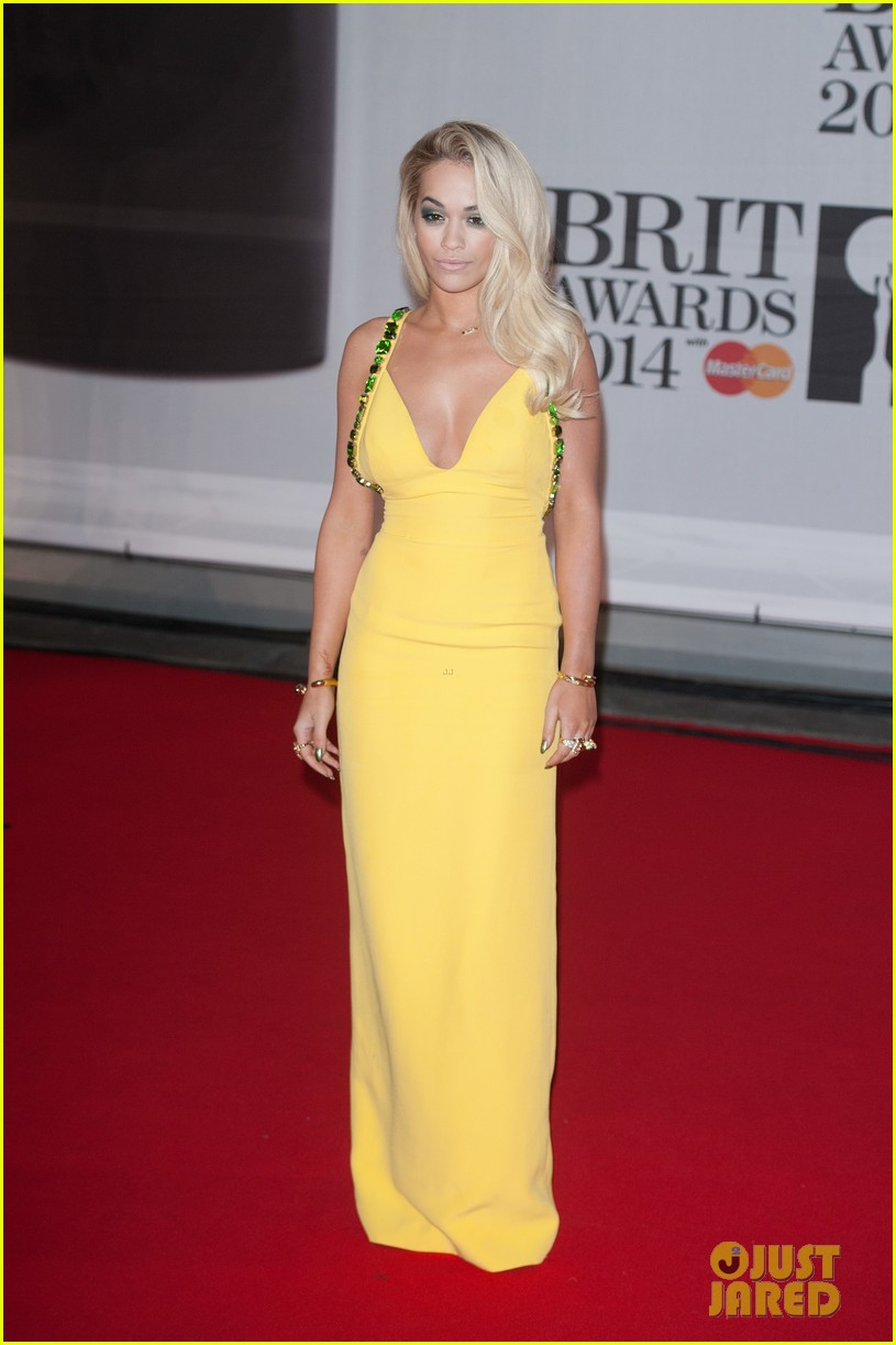 rita ora calvin harris brit awards 2014 rec carpet 05