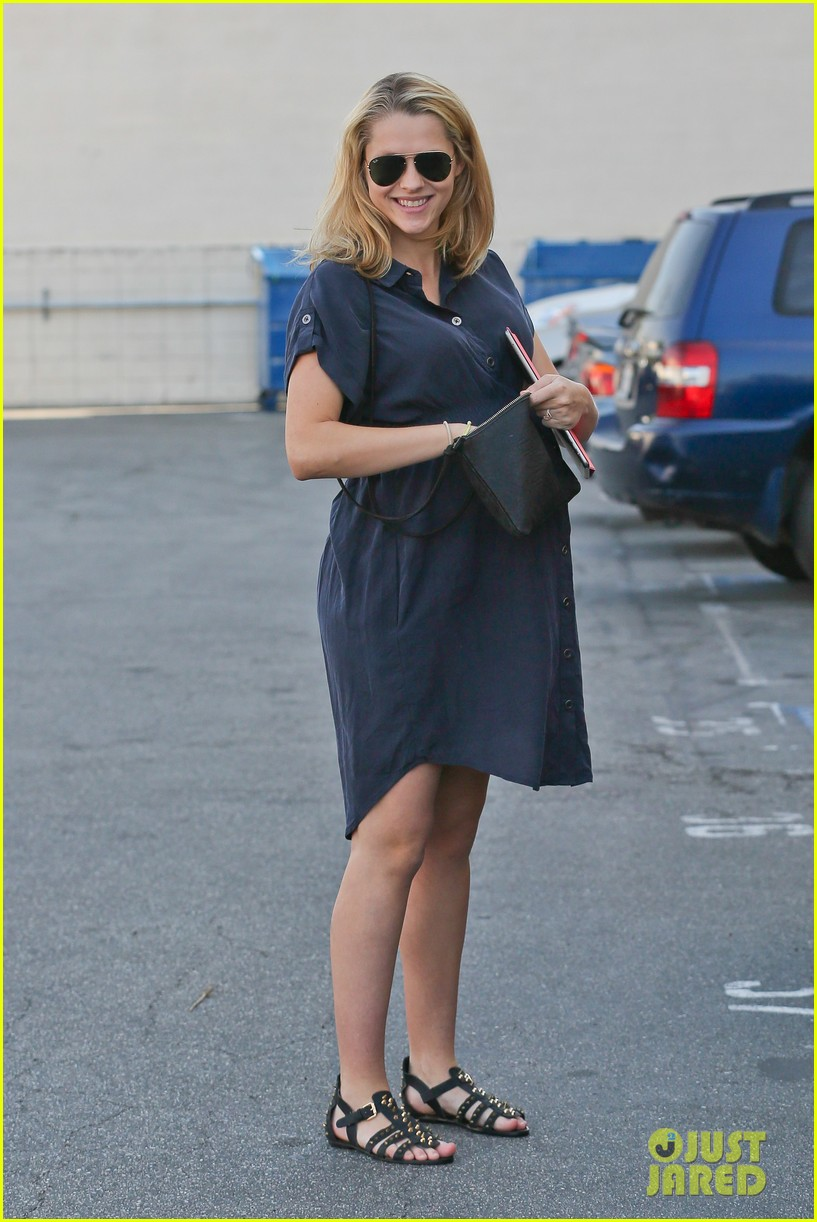 teresa palmer looks like she could give birth any day 023053368