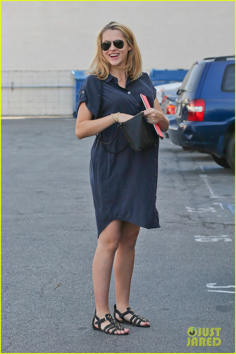 teresa palmer looks like she could give birth any day 043053370