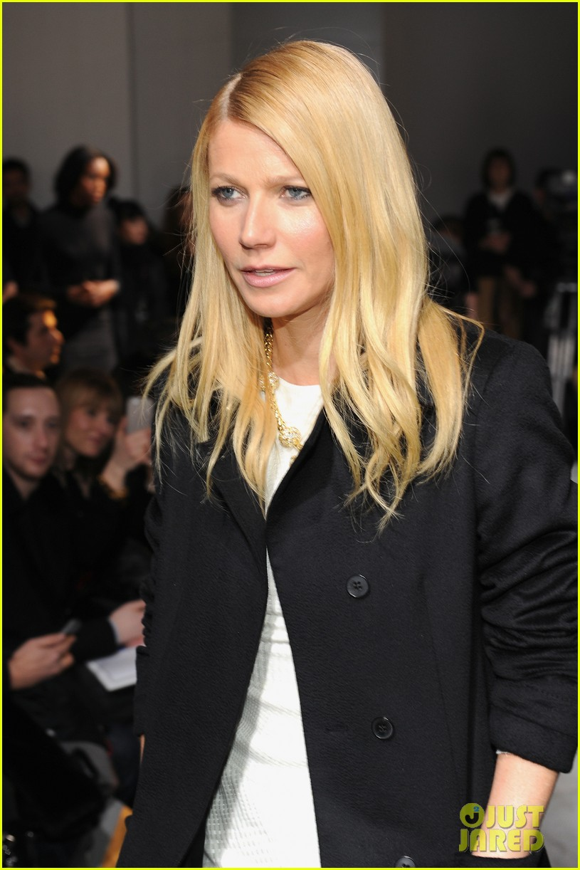 gwyneth paltrow takes selfie with reese witherspoon at boss women show 04