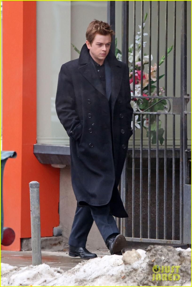 robert pattinson wears his suit well on life set with dane dehaan 01