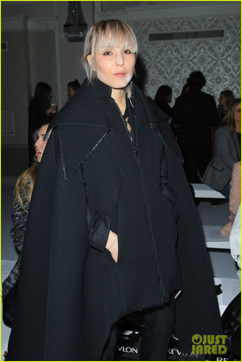 noomi rapace antonio berardi fashion show in london 07