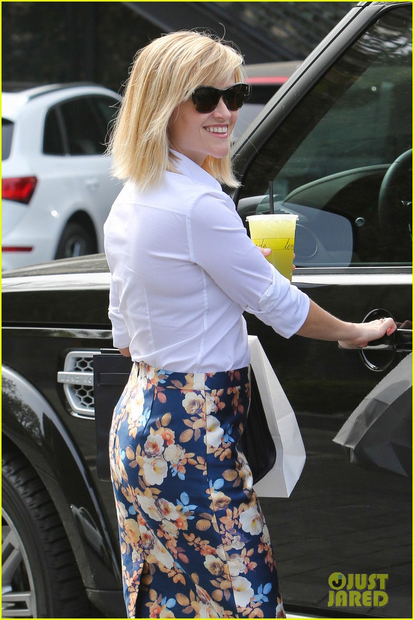 reese witherspoon embraces warm la weather after week in new york 073056182