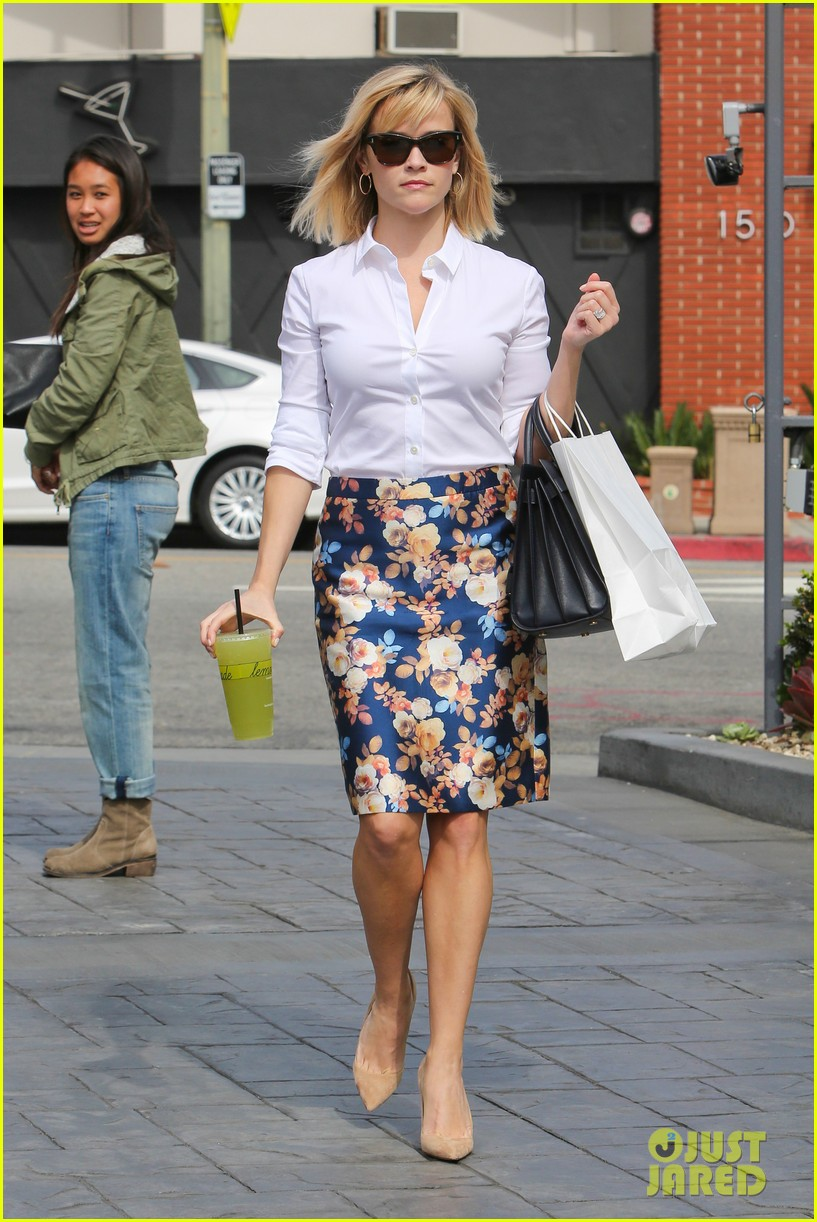 reese witherspoon embraces warm la weather after week in new york 11