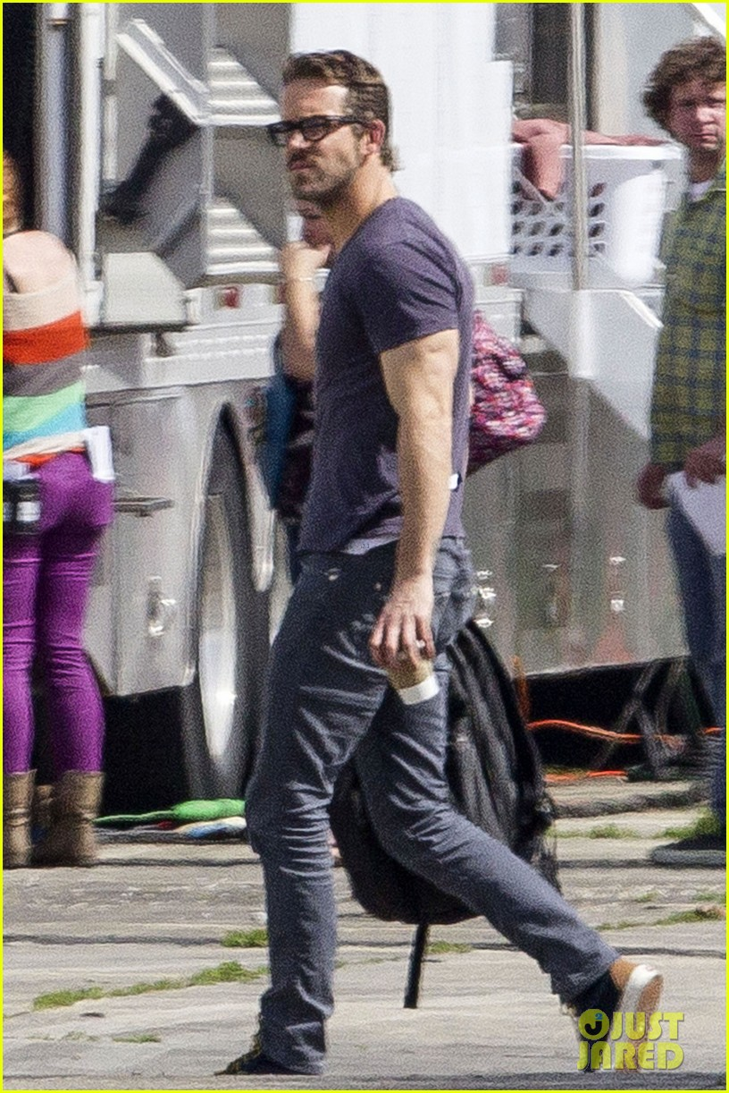ryan reynolds is geek chic still super hunky on movie set 033057570