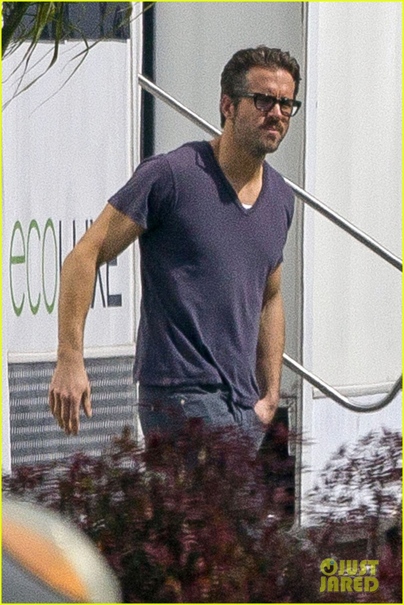 ryan reynolds is geek chic still super hunky on movie set 06