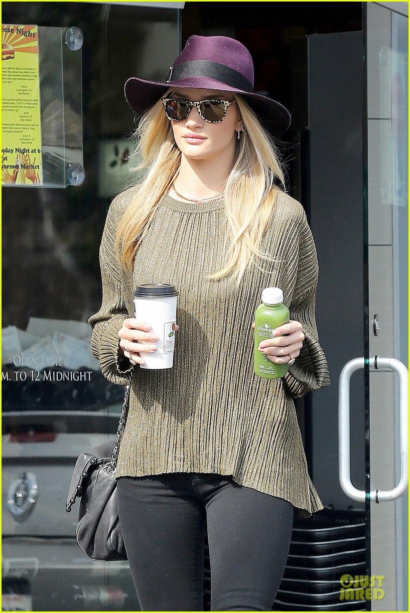 rosie huntington whiteley turns heads with clover juice 07