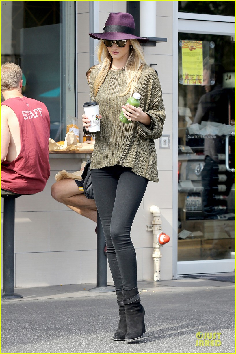 rosie huntington whiteley turns heads with clover juice 143050085