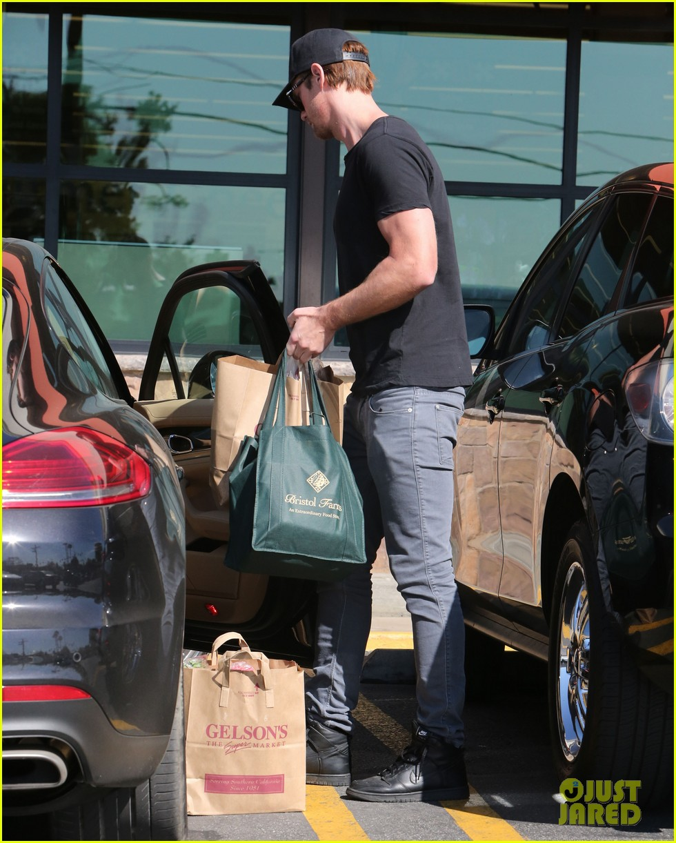 alexander skarsgard starts his day off with grocery shopping 13