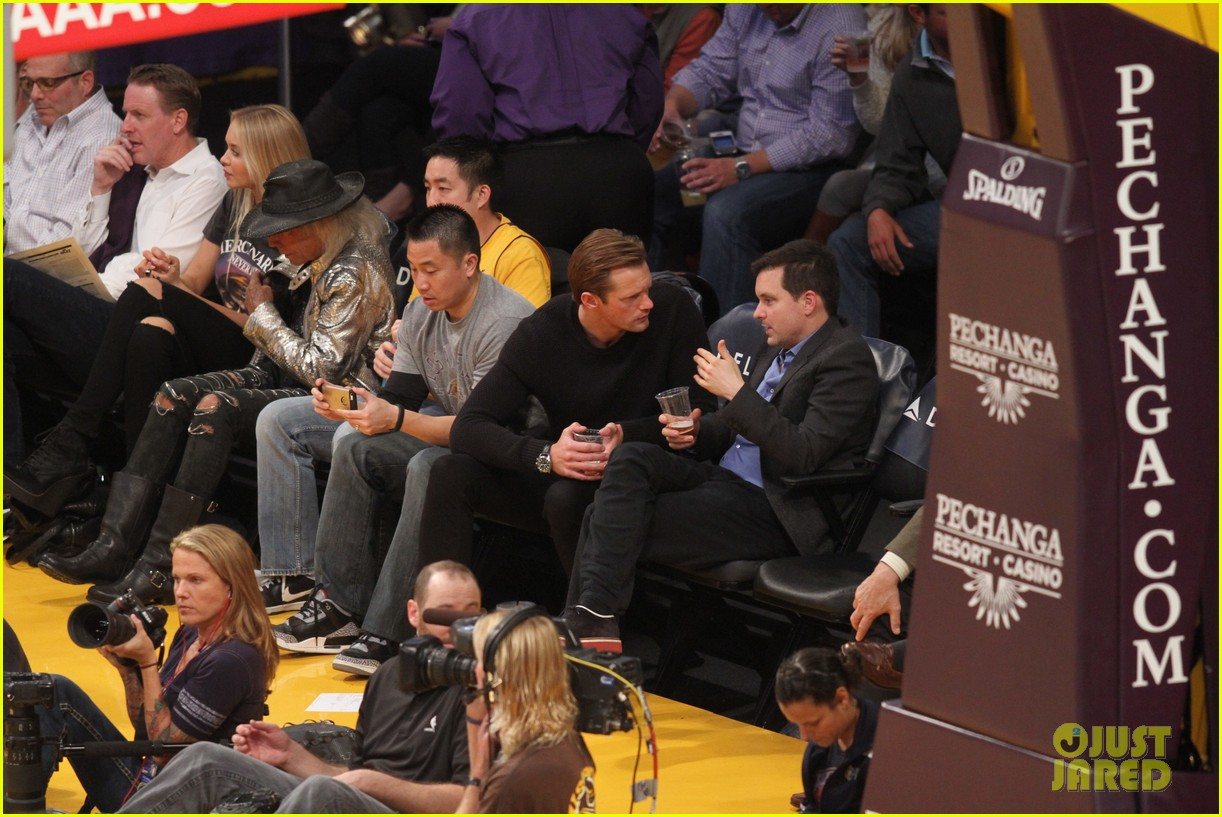 alexander skarsgard sits courtside for the lakers game 07