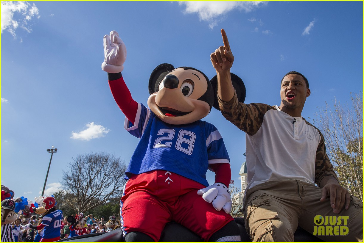 super bowl mvp malcolm smith visits disney world after big win 023046994