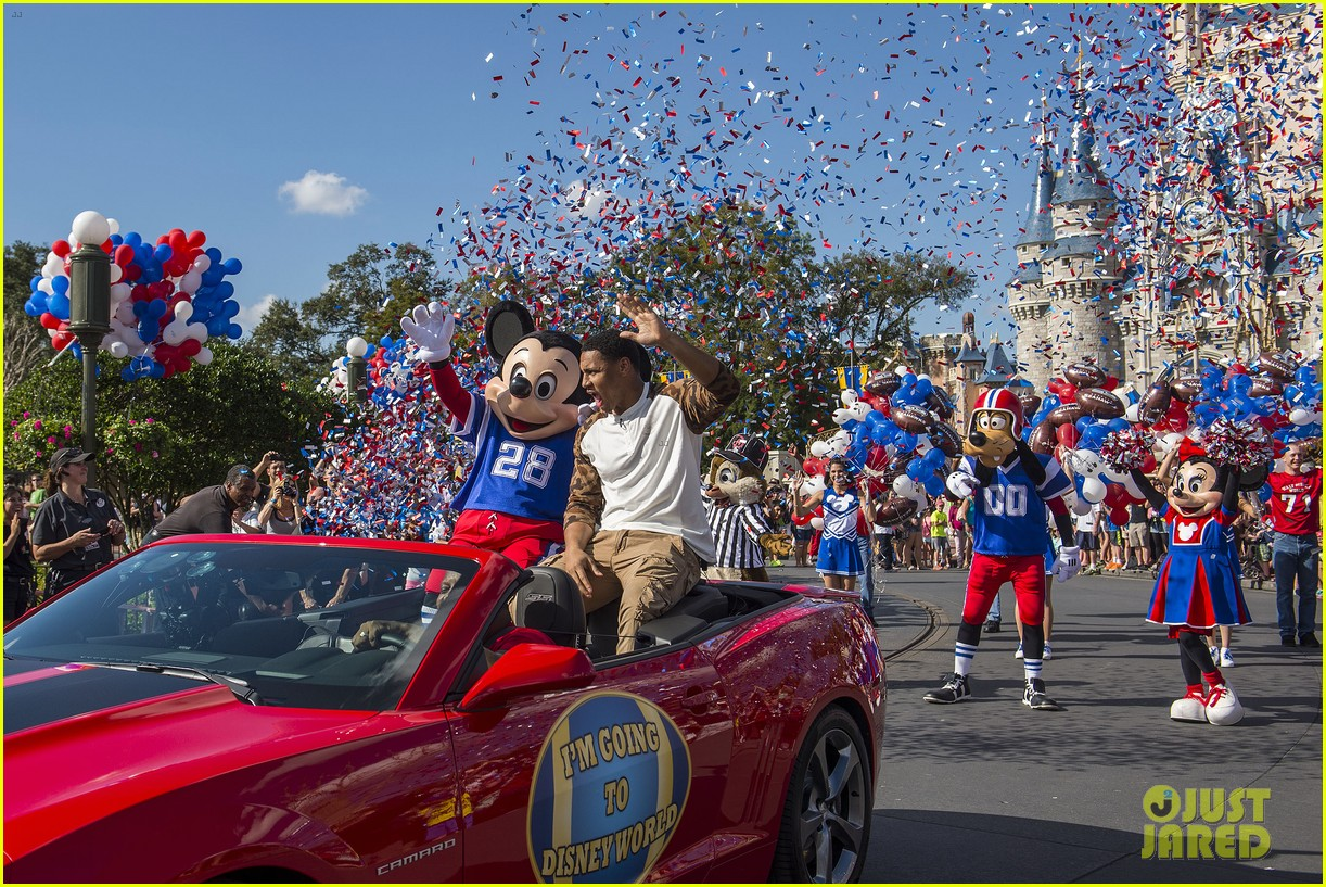 super bowl mvp malcolm smith visits disney world after big win 21