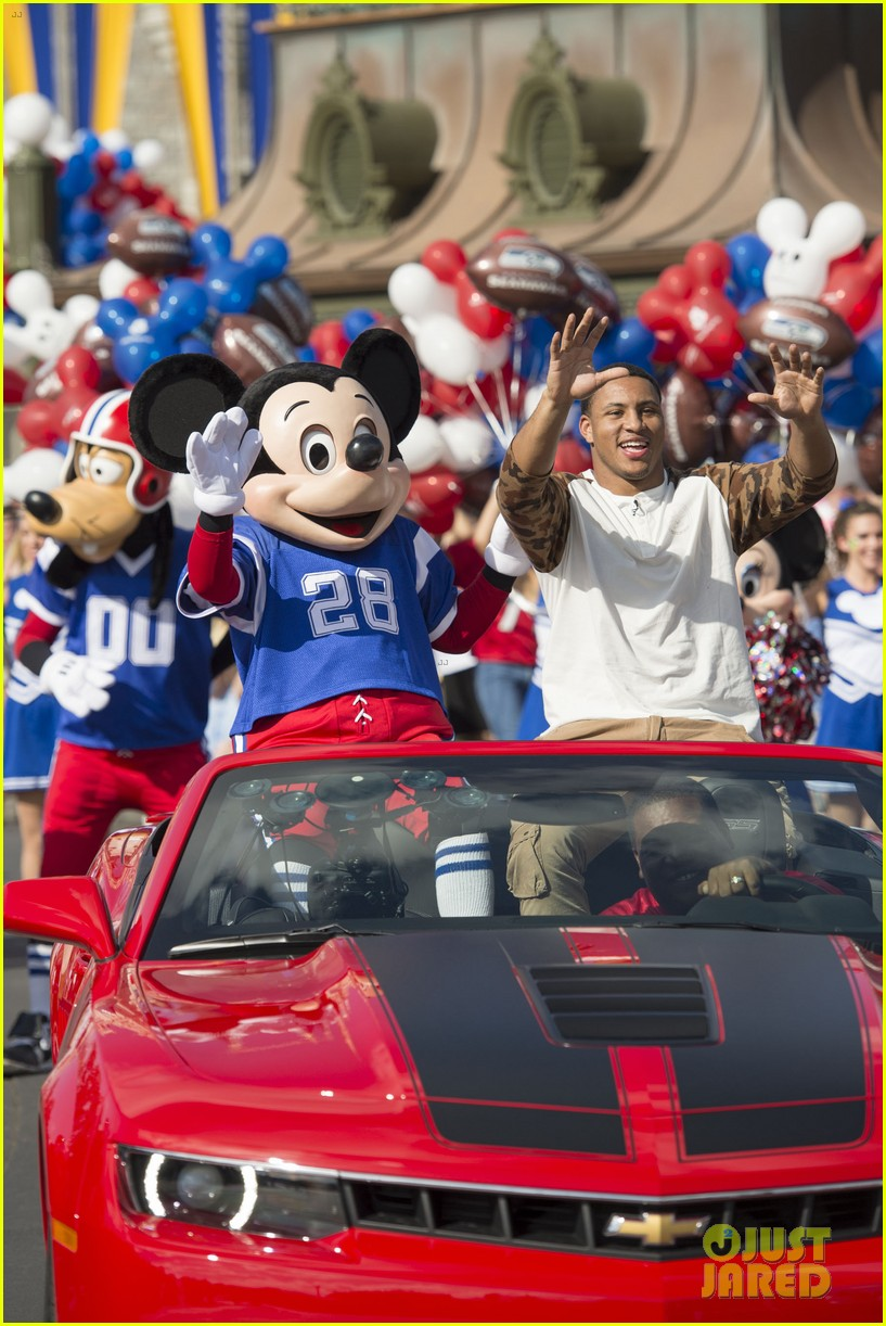 super bowl mvp malcolm smith visits disney world after big win 323047024