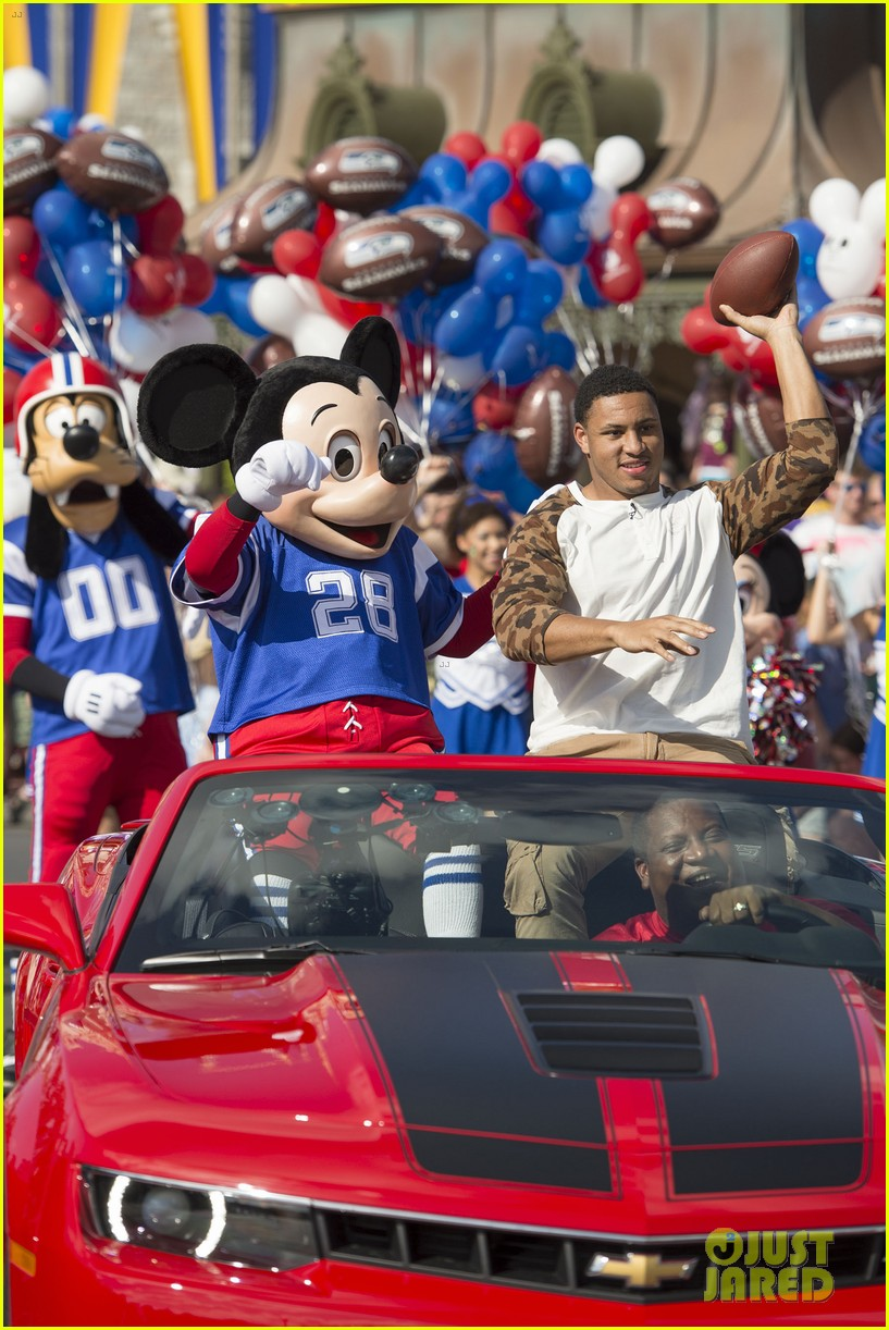 super bowl mvp malcolm smith visits disney world after big win 343047026