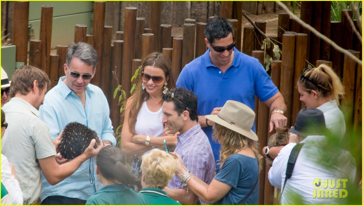 sofia vergara nick loeb sydney zoo trip with modern family co star 16