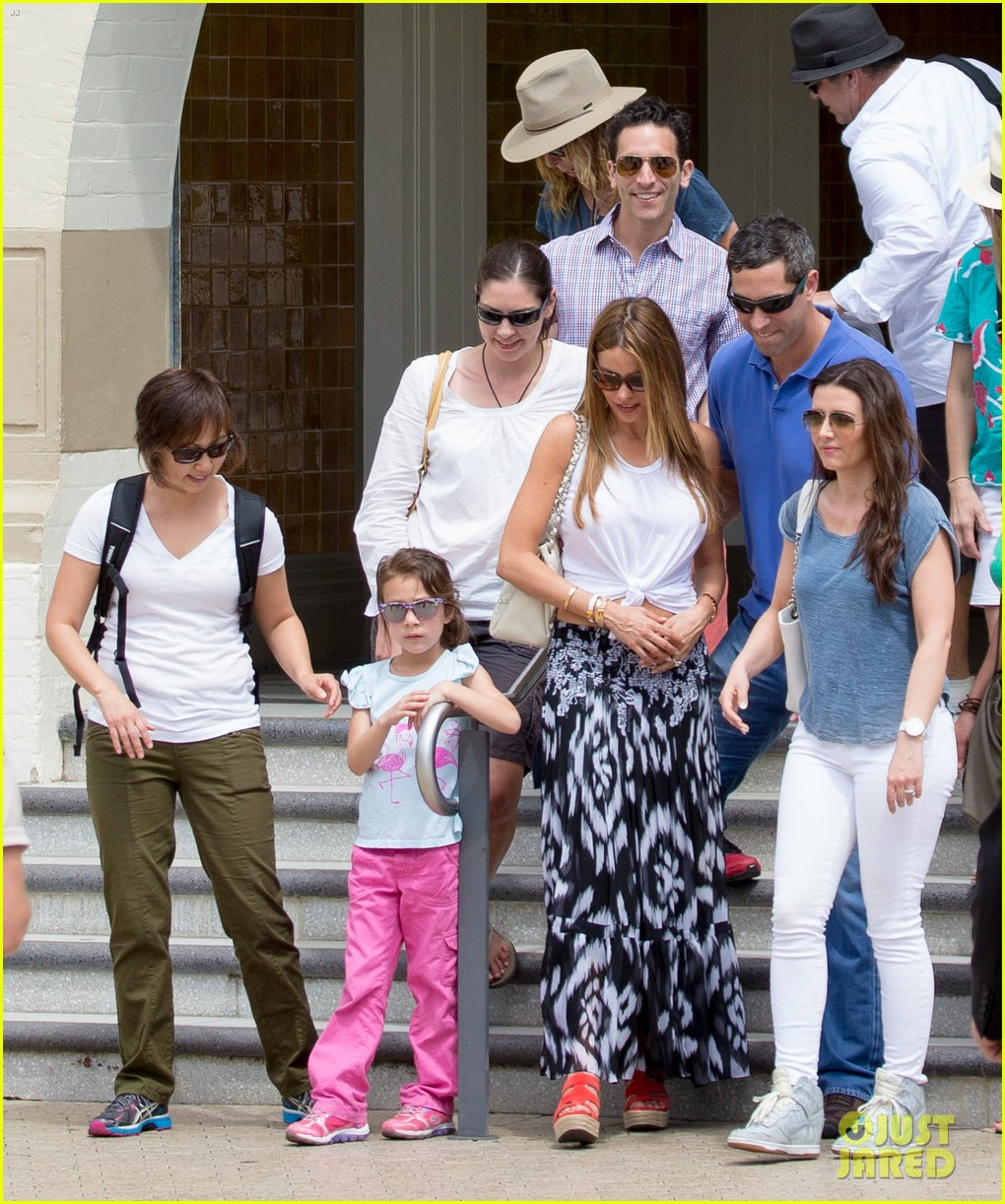 sofia vergara nick loeb sydney zoo trip with modern family co star 203059279