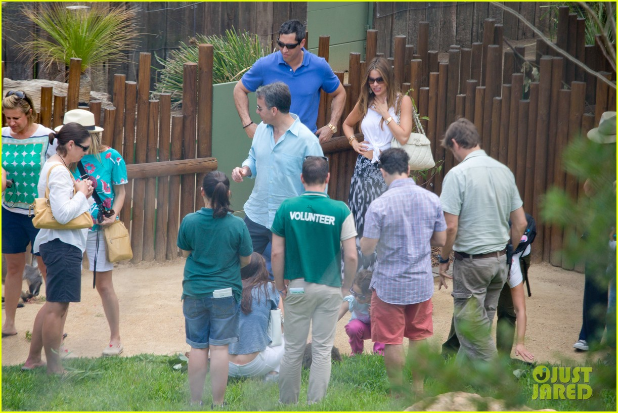 sofia vergara nick loeb sydney zoo trip with modern family co star 22