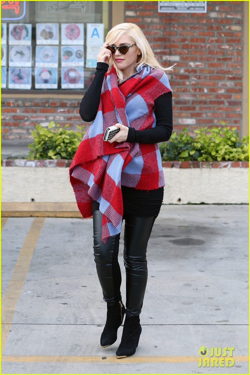 gwen stefani bundles up baby bump after acupuncture 083045782