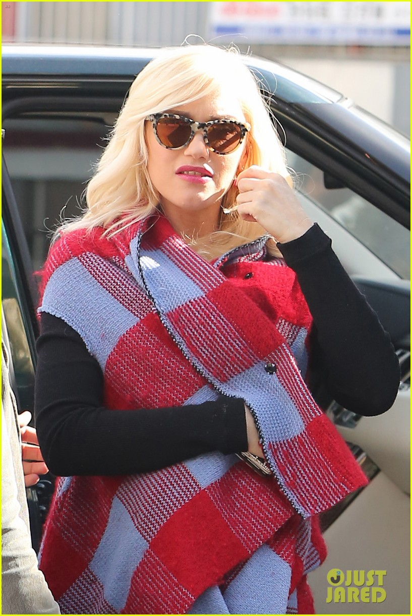 gwen stefani bundles up baby bump after acupuncture 12