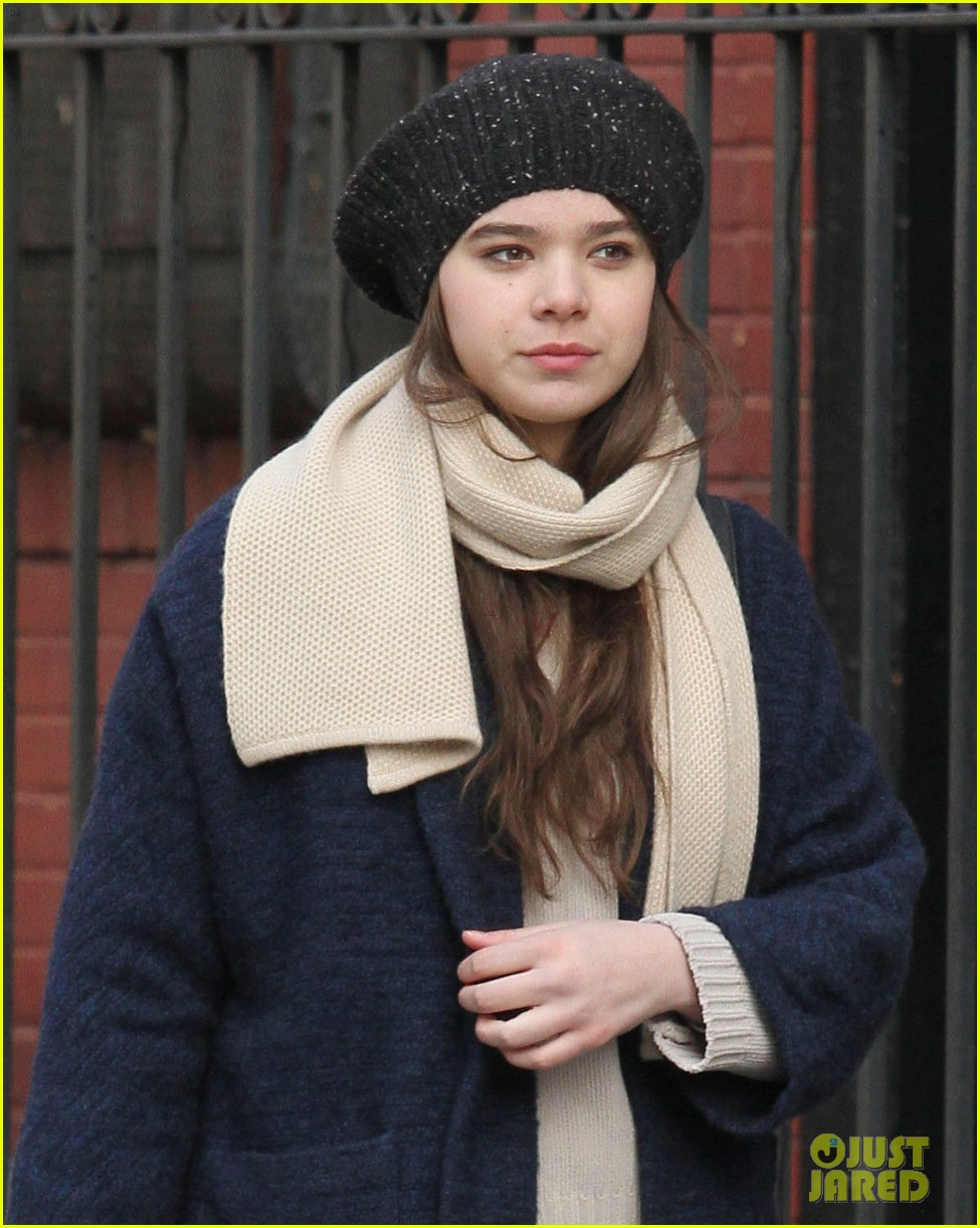 hailee steinfeld caught smoking dont worry its fake 02