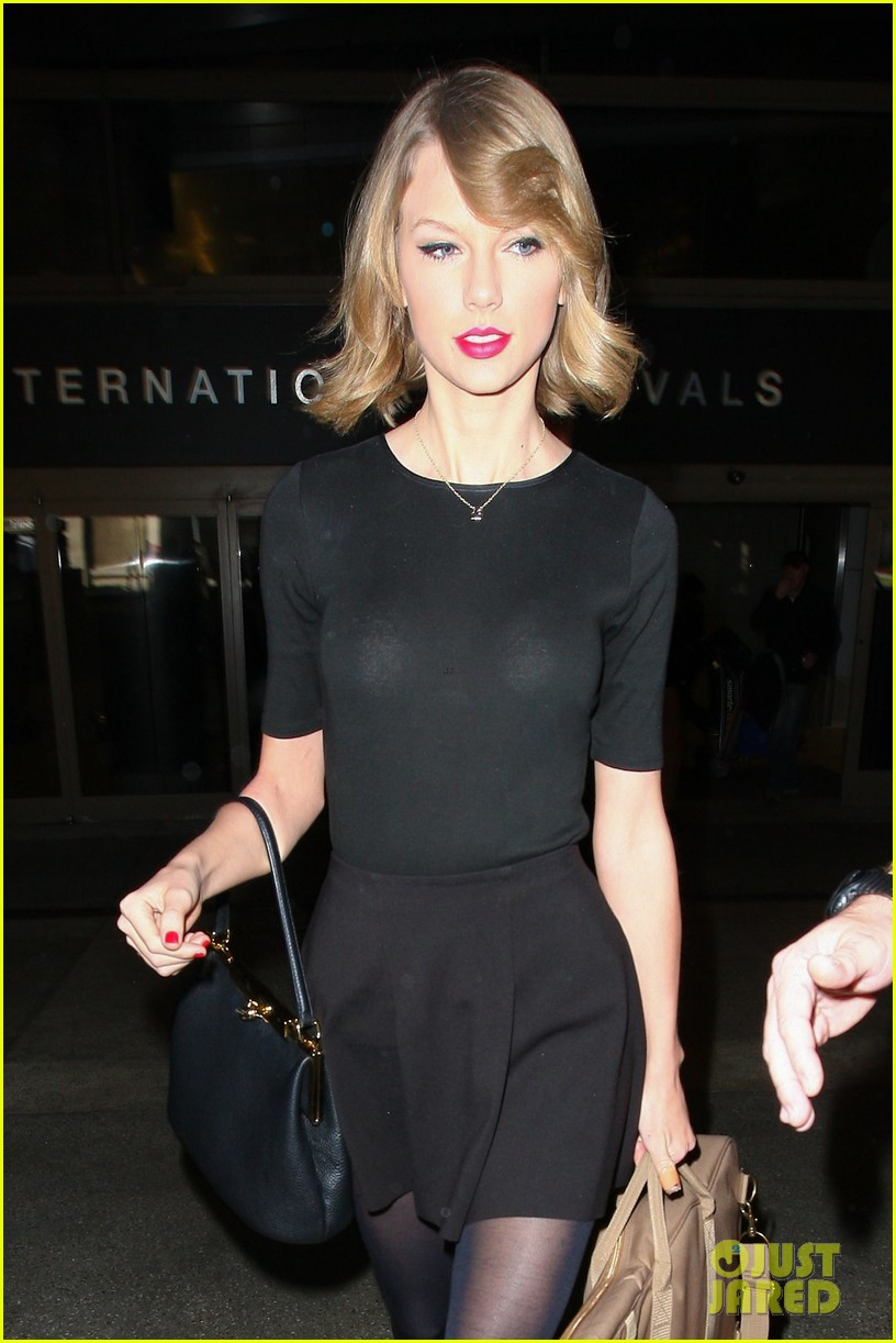 taylor swift shows off her new short hair at the airport 04