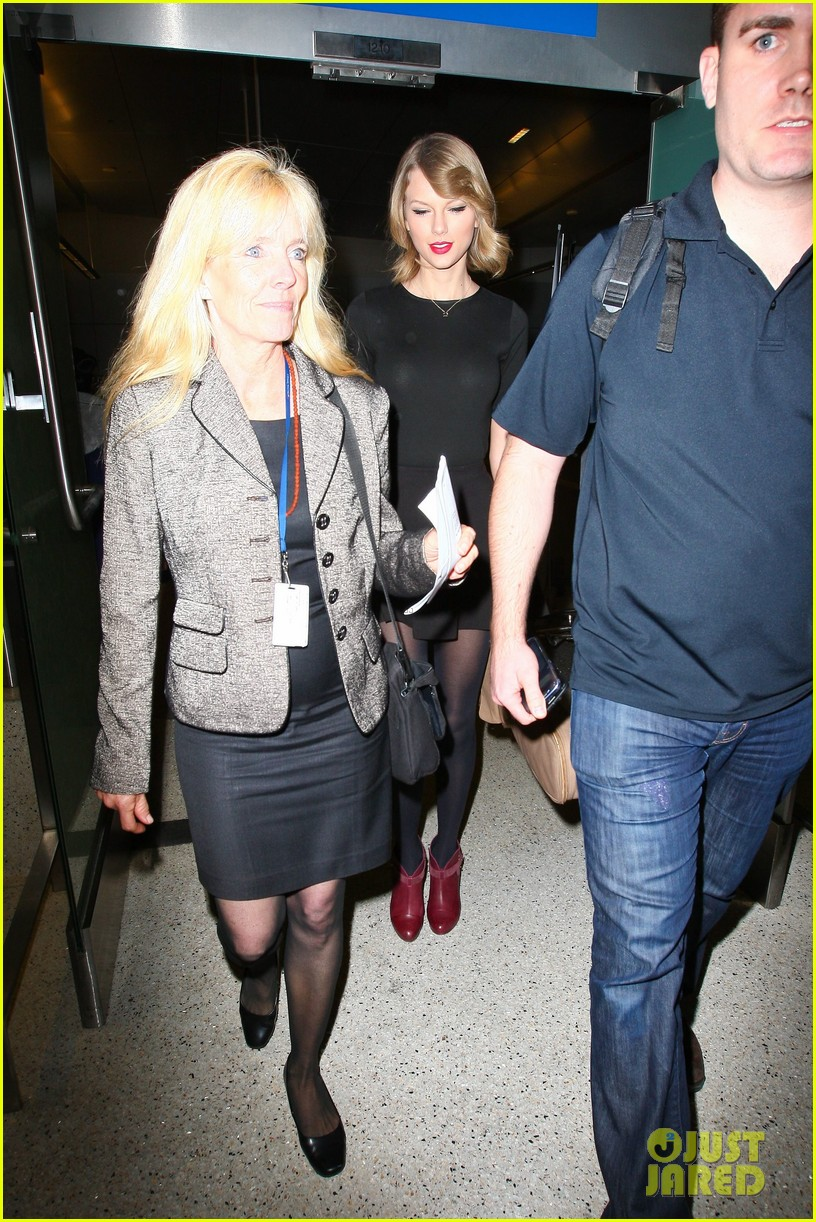 taylor swift shows off her new short hair at the airport 213052251