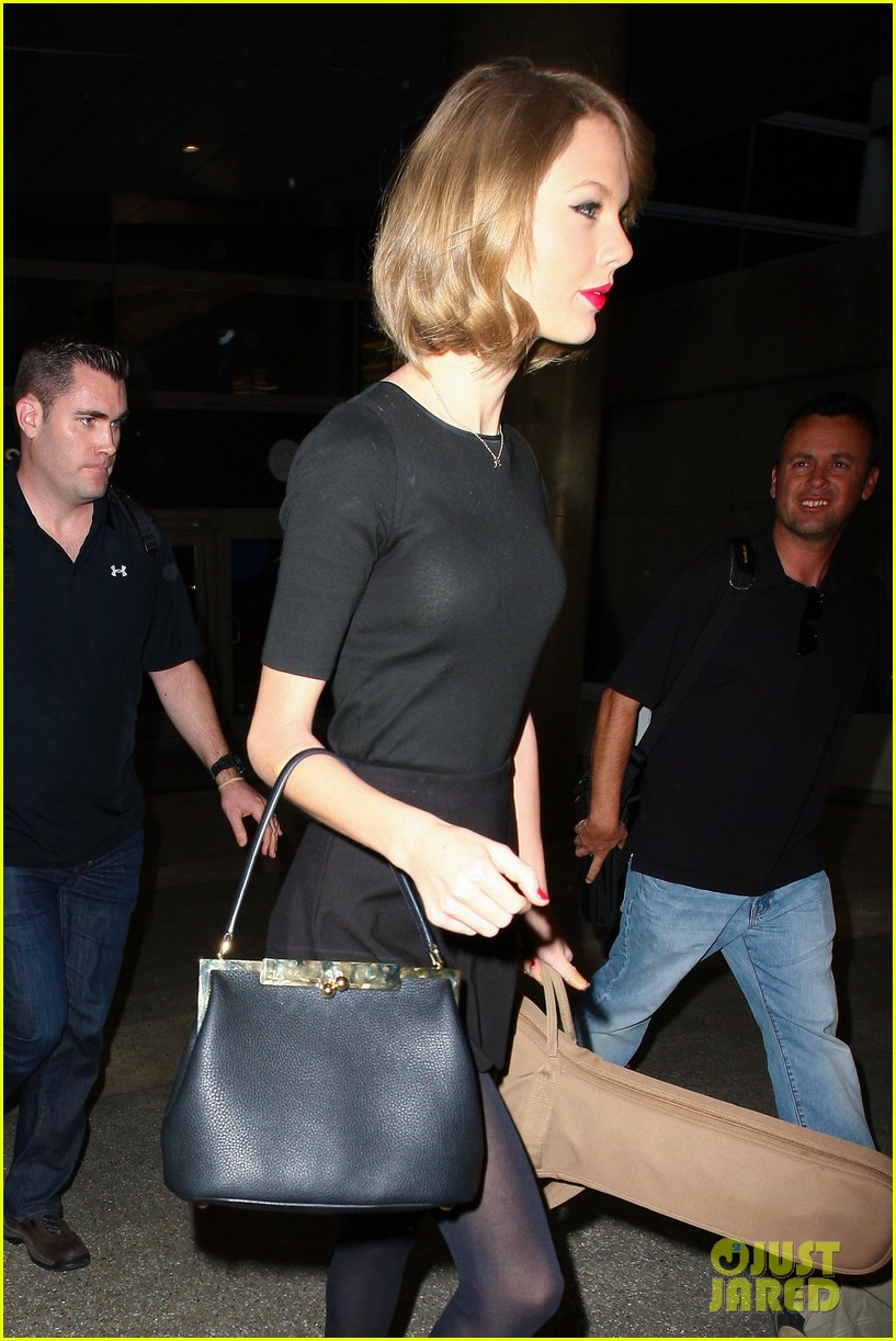 taylor swift shows off her new short hair at the airport 27