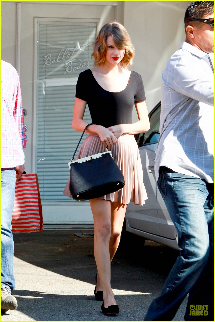 taylor swift kicks off valentines day with dance class 063053436