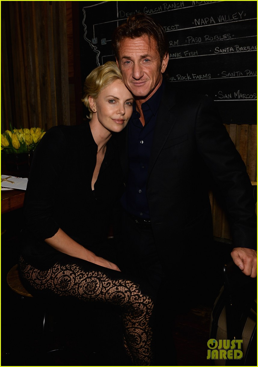 charlize theron lays on sean penns shoulder at pre oscars party 01