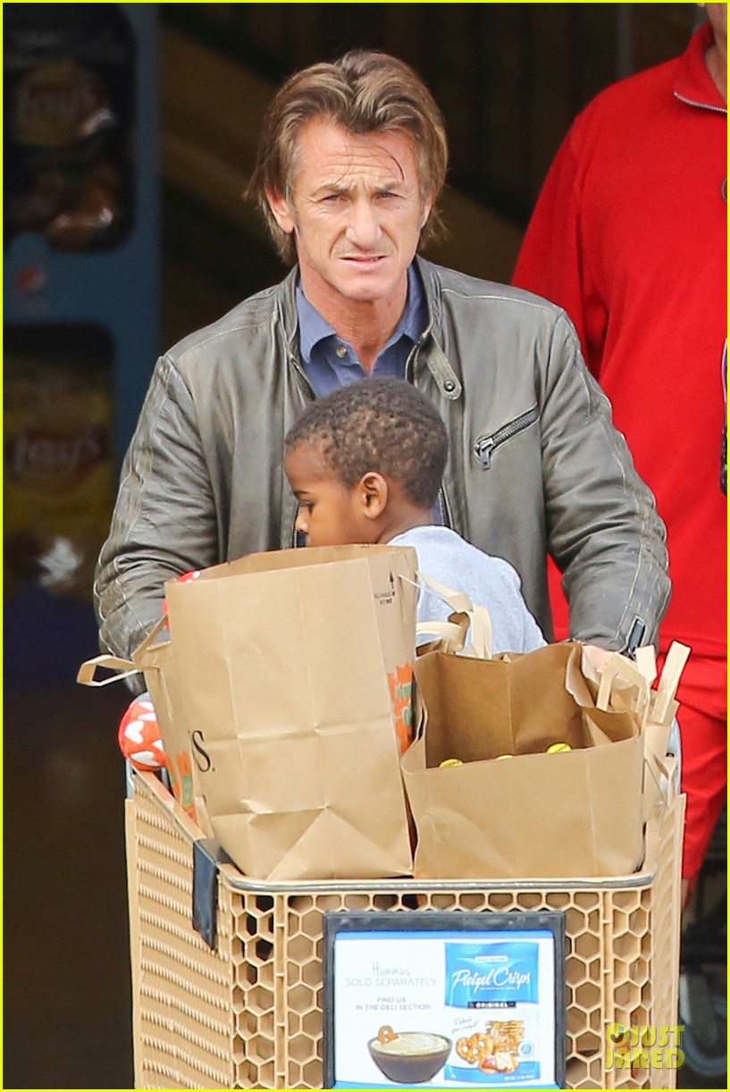 charlize theron sean penn grocery stop before the super bowl 023046492