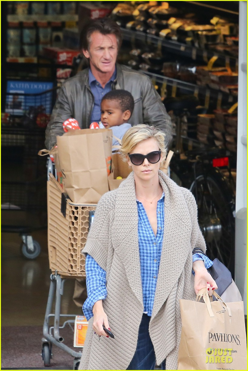 charlize theron sean penn grocery stop before the super bowl 04