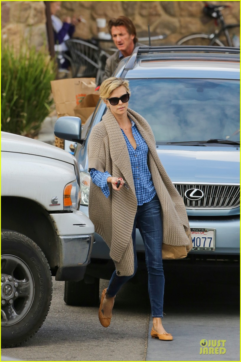 charlize theron sean penn grocery stop before the super bowl 173046507