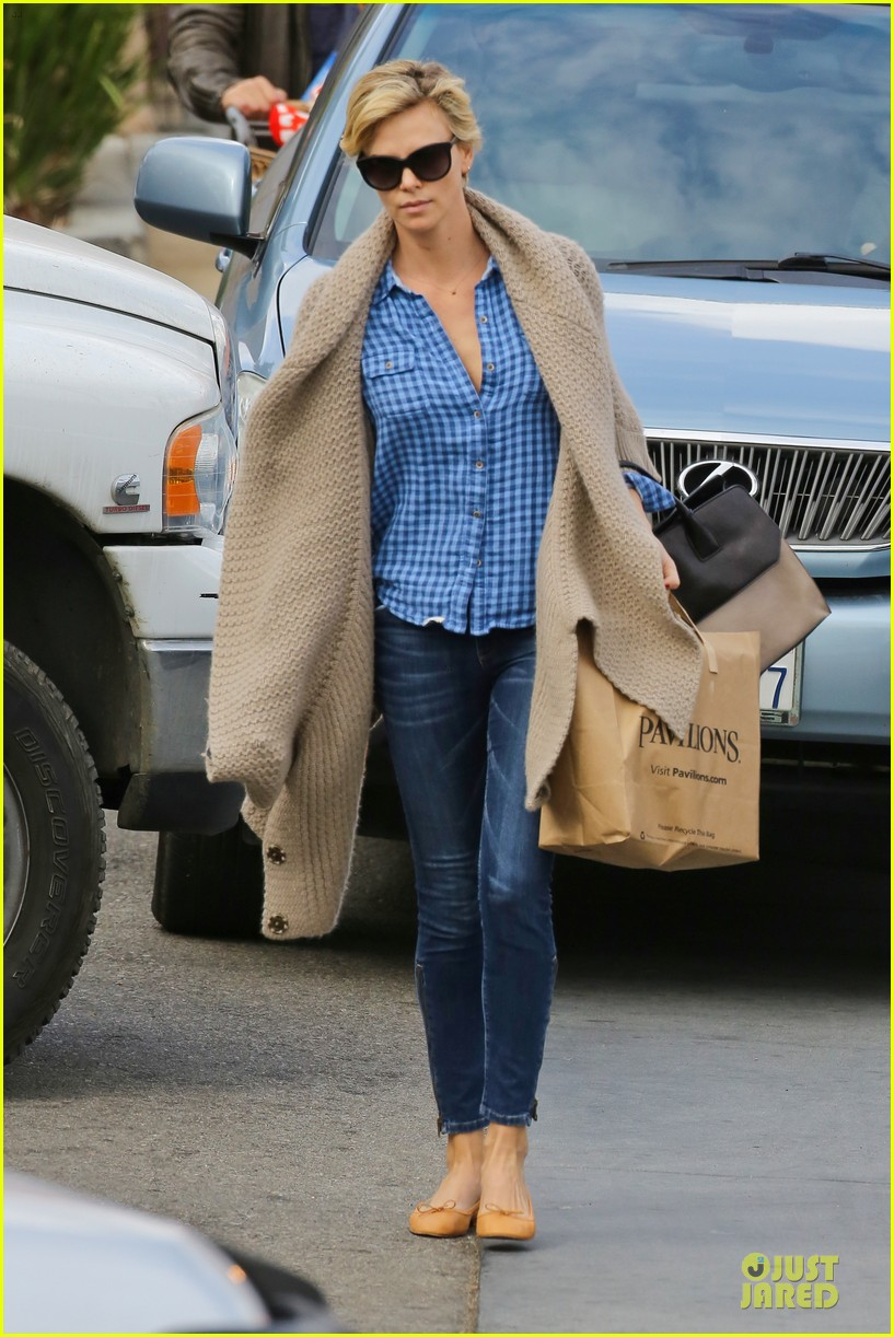 charlize theron sean penn grocery stop before the super bowl 183046508
