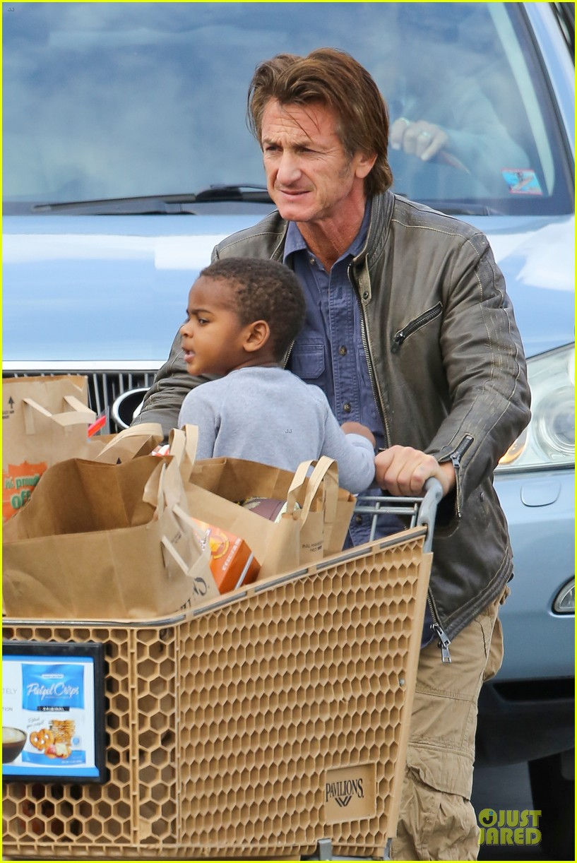 charlize theron sean penn grocery stop before the super bowl 21