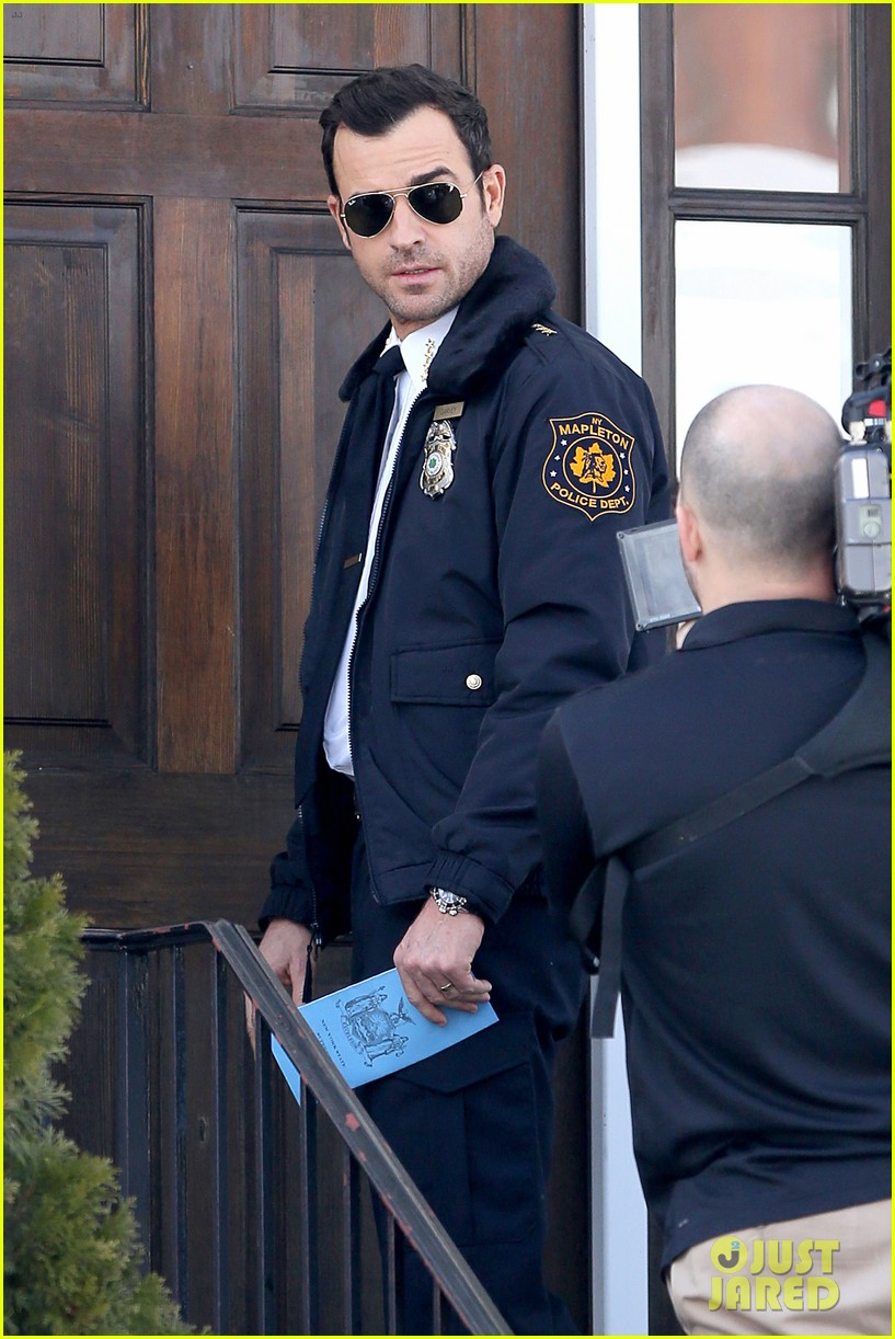 justin theroux looks mighty fine in his police uniform 06