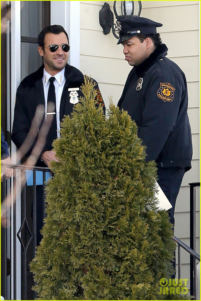 justin theroux looks mighty fine in his police uniform 15