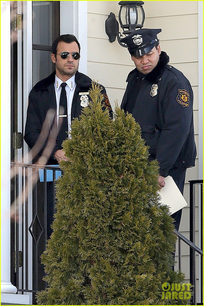 justin theroux looks mighty fine in his police uniform 16