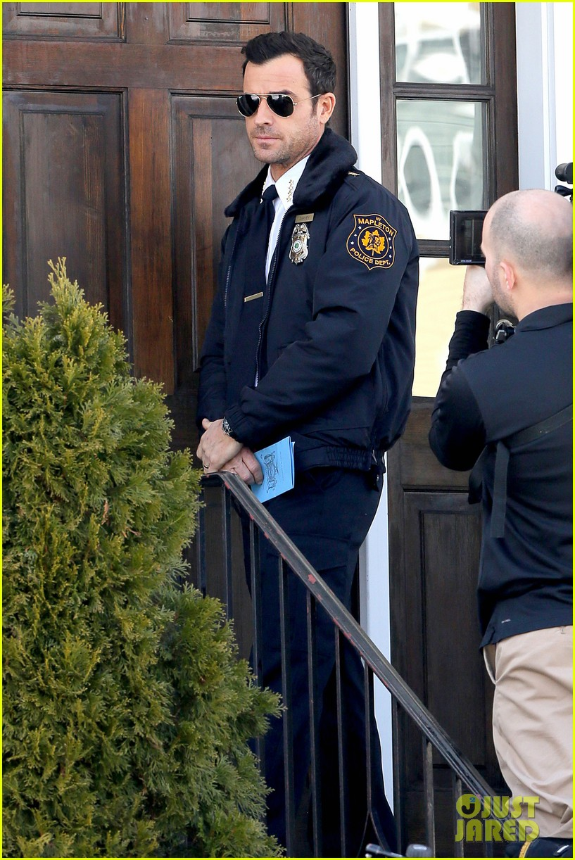 justin theroux looks mighty fine in his police uniform 193057480